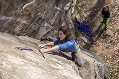 Το ζευγάρι των θηλυκών ορειβατών επιτίθεται τον τοίχο βράχου Στοκ Φωτογραφίες