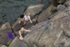 Το ζευγάρι των ορειβατών αρχίζει μια ανάβαση Στοκ Φωτογραφίες