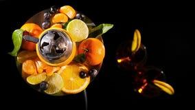Το ζευγάρι των ποτηριών με οινοπνευματώδη πίνει το κρασί ποτών και hookah με τα φρούτα απόθεμα βίντεο