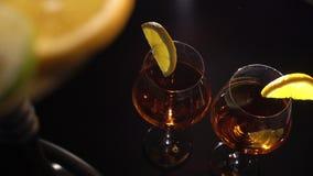 Το ζευγάρι των ποτηριών με οινοπνευματώδη πίνει το κρασί ποτών και hookah με τα φρούτα φιλμ μικρού μήκους