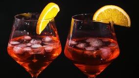 Το ζευγάρι των ποτηριών με οινοπνευματώδη πίνει το κρασί ποτών φιλμ μικρού μήκους