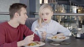 Το ζευγάρι των συναδέλφων έχει το μεσημεριανό γεύμα μαζί στο μοντέρνο εστιατόριο, σε αργή κίνηση απόθεμα βίντεο