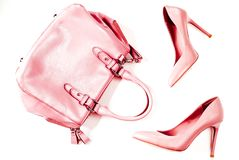 Το ζευγάρι των ψηλοτάκουνων παπουτσιών των μπεζ nude γυναικών με την τσάντα σε ένα άσπρο υπόβαθρο που η τοπ άποψη, επίπεδο βάζει, Στοκ Φωτογραφία