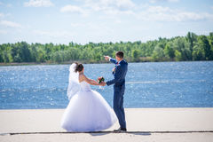 Το ζεύγος έβαλε τα χέρια τους σε μια νυφική ανθοδέσμη Στοκ φωτογραφίες με δικαίωμα ελεύθερης χρήσης