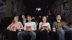 Το ζεύγος ήρθε να προσέξει έναν κινηματογράφο στον κινηματογράφο απόθεμα βίντεο