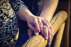 το ζεύγος δίνει την ευτ&upsilon Στοκ εικόνες με δικαίωμα ελεύθερης χρήσης