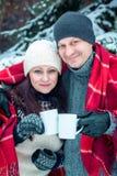 Το ζεύγος αγκαλιάζει και κρατά τα φλιτζάνια του καφέ Στοκ εικόνες με δικαίωμα ελεύθερης χρήσης