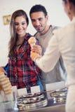 Το ζεύγος αγοράζει το παγωτό στοκ εικόνες