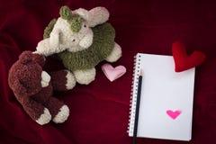 Το ζεύγος αντέχουν και η καρδιά αγάπης την ημέρα βαλεντίνων Στοκ Φωτογραφίες
