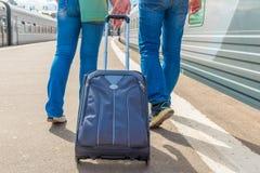 Το ζεύγος αρχίζει ένα ταξίδι στο τραίνο Στοκ Εικόνες