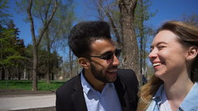 Το ζεύγος γάμου πηγαίνει σκεπτόμενο στο παιδικός σταθμός πάρκο και το γέλιο απόθεμα βίντεο