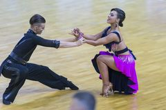 Το ζεύγος εκτελεί το λατινοαμερικάνικο πρόγραμμα νεολαία-2 για το διεθνές WR φλυτζάνι χορού WDSF Στοκ φωτογραφία με δικαίωμα ελεύθερης χρήσης