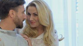 Το ζεύγος εξετάζει το ένα το άλλο στο σπίτι απόθεμα βίντεο