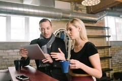 Το ζεύγος επιχειρηματιών συζητά την επιχείρηση Στοκ εικόνες με δικαίωμα ελεύθερης χρήσης