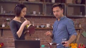 Το ζεύγος ερωτευμένο έχει μια ημερομηνία στο διαμέρισμα απόθεμα βίντεο
