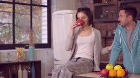 Το ζεύγος ερωτευμένο απολαμβάνει τη συνομιλία στο σπίτι απόθεμα βίντεο