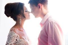 Το ζεύγος ερωτευμένο εξετάζει το ένα το άλλο Στοκ Εικόνα