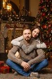 Το ζεύγος ερωτευμένο περιμένει τα Χριστούγεννα στοκ εικόνα με δικαίωμα ελεύθερης χρήσης