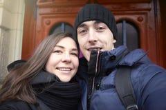 Το ζεύγος ερωτευμένο στο υπόβαθρο κάνει selfie τις πόρτες στοκ φωτογραφία