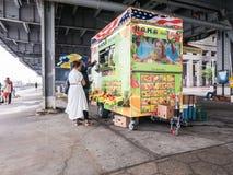 Το ζεύγος κάνει την αγορά στο κάρρο χυμού κοντά στην αποβάθρα 11, χαμηλότερο Manhatta Στοκ Εικόνες