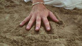 Το ζεύγος κάνει την τυπωμένη ύλη χεριών στην άμμο Έννοια σχέσης από κοινού αγάπη ζευγών απόθεμα βίντεο