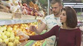 Το ζεύγος κάνει τις αγορές στην υπεραγορά Στοκ Φωτογραφία
