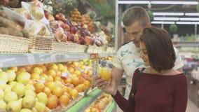 Το ζεύγος κάνει τις αγορές στην υπεραγορά Στοκ εικόνες με δικαίωμα ελεύθερης χρήσης