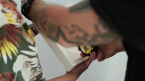 Το ζεύγος κάνει τις μετρήσεις της εικόνας στο πλαίσιο απόθεμα βίντεο