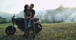 Το ζεύγος με τη μοτοσικλέτα τους που ταξιδεύει και που ερευνά τη φύση, βρήκε την καταπληκτικά θέση και το τοπίο απολαμβάνοντας το φιλμ μικρού μήκους