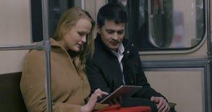 Το ζεύγος με το PC ταμπλετών μεταφέρει δημόσια απόθεμα βίντεο