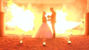 Το ζεύγος με το makeup για αποκριές σε ένα κόμμα, μια τεράστια πυρκαγιά καίει εδώ κοντά απόθεμα βίντεο