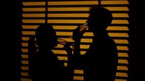 Το ζεύγος πίνει το κρασί σκιαγραφία κλείστε επάνω απόθεμα βίντεο