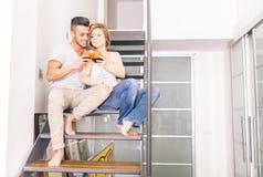Το ζεύγος πίνει το κρασί στο σπίτι στοκ εικόνα με δικαίωμα ελεύθερης χρήσης