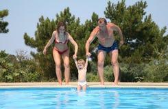 το ζεύγος παιδιών παραλείπει τη λίμνη Στοκ Φωτογραφίες