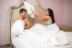 Το ζεύγος παλεύει από τα μαξιλάρια στοκ φωτογραφίες με δικαίωμα ελεύθερης χρήσης