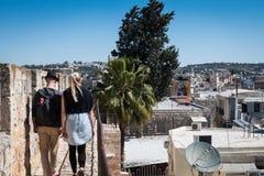 Το ζεύγος περπατά τις έπαλξεις της παλαιάς πόλης της Ιερουσαλήμ ` s Στοκ Φωτογραφίες