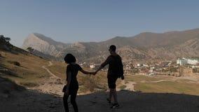 Το ζεύγος πηγαίνει από παραδίδει τα βουνά φιλμ μικρού μήκους