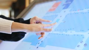 Το ζεύγος πλάγιας όψης εξετάζει το σχέδιο λεωφόρων αγορών για την οθόνη αφής απόθεμα βίντεο