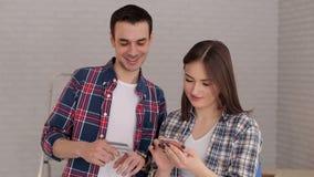 Το ζεύγος πληρώνει για τις αγορές χρησιμοποιώντας την πλαστική πιστωτική κάρτα φιλμ μικρού μήκους