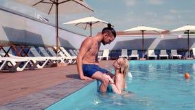 Το ζεύγος που το ερωτευμένο φιλί φιλήματος, κοριτσιών και τύπων, που κολυμπά στη λίμνη, χαλαρώνει στην καυτή SPA, που κολυμπά, γι απόθεμα βίντεο