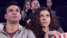 Το ζεύγος προσέχει τη φρίκη στη κινηματογραφική αίθουσα απόθεμα βίντεο