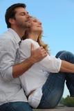 Το ζεύγος σε μια αγάπη αγκαλιάζει Στοκ Εικόνες