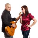 Το ζεύγος τραγουδά Στοκ φωτογραφίες με δικαίωμα ελεύθερης χρήσης