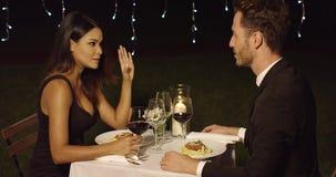 Το ζεύγος τρώει τα μακαρόνια στο φανταχτερό υπαίθριο εστιατόριο φιλμ μικρού μήκους