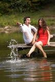 Το ζεύγος των ανθρώπων ερωτευμένων κάθεται στη γέφυρα Στοκ εικόνες με δικαίωμα ελεύθερης χρήσης