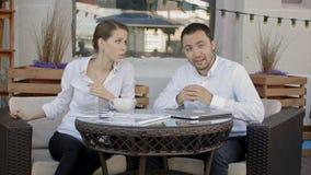Το ζεύγος των δημοσιογράφων στον καφέ είναι τηλεοπτική εκπομπή στη κάμερα απόθεμα βίντεο