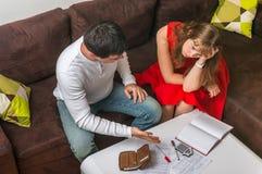 Το ζεύγος υποστηρίζει για τα χρήματα - έννοια οικογενειακών προϋπολογισμών στοκ εικόνες
