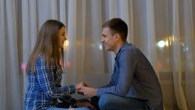 Το ζεύγος χαλαρώνει το χέρι λαβής συζήτησης επικοινωνίας ελεύθερου χρόνου απόθεμα βίντεο