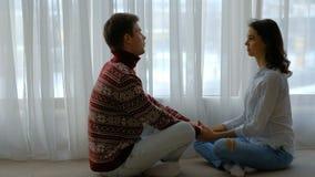 Το ζεύγος χαλαρώνει το χέρι λαβής συζήτησης επικοινωνίας ελεύθερου χρόνου φιλμ μικρού μήκους