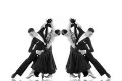 Το ζεύγος χορού αιθουσών χορού σε έναν χορό θέτει απομονωμένος στο λευκό Στοκ Φωτογραφίες